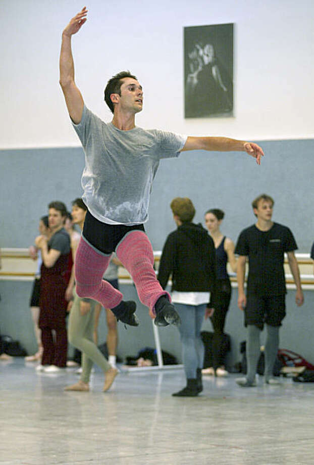 BACKSTAGE5-C-14JAN03-PK-LM Dancer Damian Smith during a ballet class taught by Helgi Thomasson. The dancers are preparing for the opening of the company's season.  chronicle photo by Liz Mangelsdorf Photo: Liz Mangelsdorf, The Chronicle