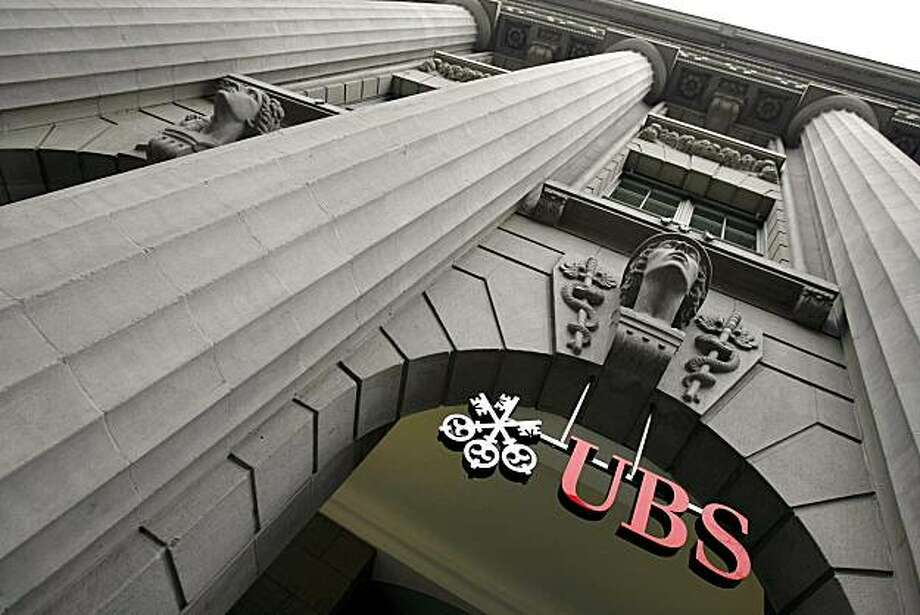 FILE  - In this Jan. 30, 2008 file photo, the logo of Swiss Bank UBS on Zurich's Bahnhofstrasse, Switzerland.  U.S. government official says Swiss banking giant UBS will give the IRS the details of more than 4,000 client accounts, under a deal to end a contentious international lawsuit. The agreement is scheduled to be formally announced later Wednesday morning, Aug. 19, 2009. (AP Photo/Keystone, Walter Bieri, file) Photo: Walter Bieri, AP