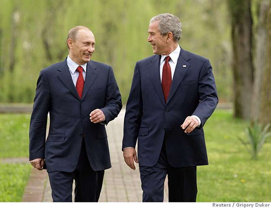 Russia's President Vladimir Putin (L) and U.S. President George W. Bush walk together on the grounds of the Bocharov Ruchey presidential summer residence at the Black Sea in Sochi April 6, 2008. REUTERS/Grigory Dukor (RUSSIA) Photo: GRIGORY DUKOR