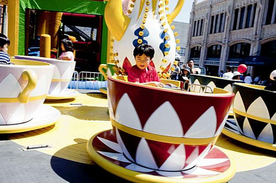 Alan Yan, 5, of Richmond, Calif. enjoys a ride inside a cup during the Chinatown StreetFest in Oakland, Calif. on Saturday, Aug. 22, 2009. Photo: Stephen Lam, The Chronicle