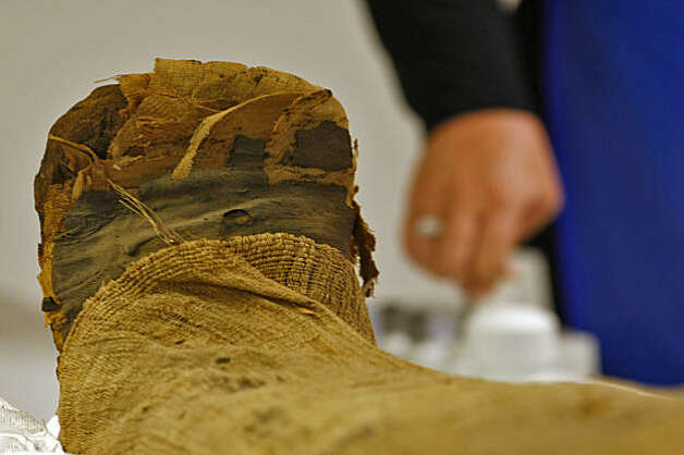 Teri Moore preforms a CT-scan a 2000 year old mummy of an Egyptian prince, Thursday August 20, 2009, in Palo Alto, Calif. Photo: Lacy Atkins, The Chronicle