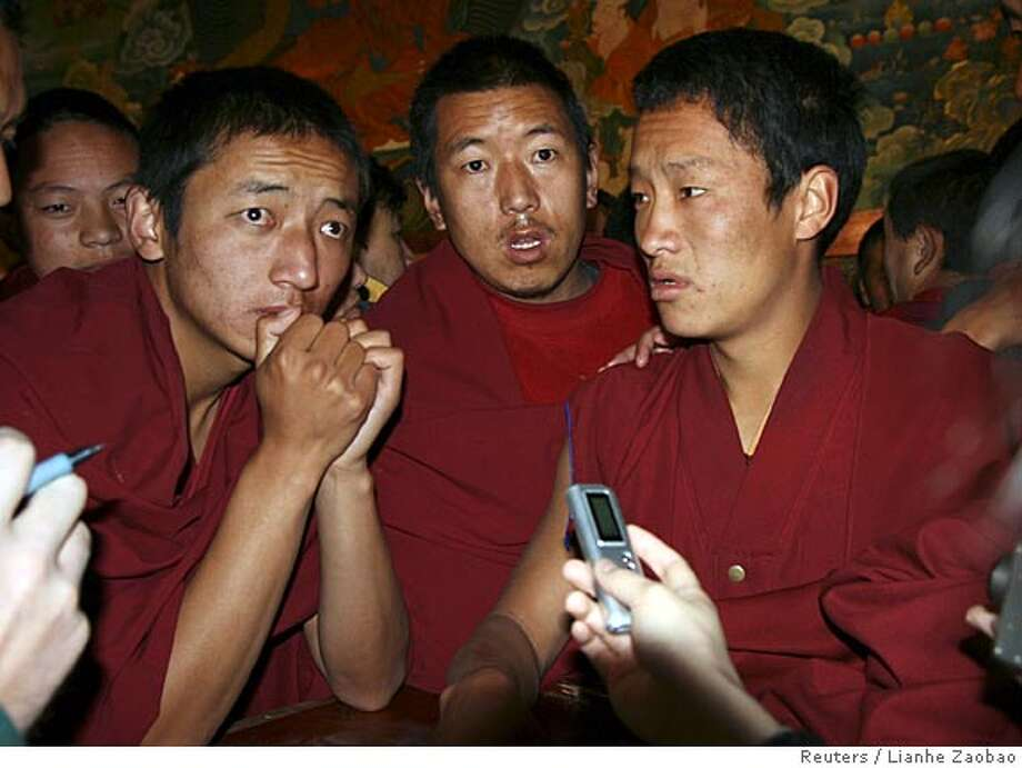 Tibetan Buddhist monks surround foreign journalists at the Jokhang Temple in Lhasa March 27, 2008. Tibetan monks disrupted an official news briefing at the temple in Lhasa on Thursday, shouting that Chinese authorities were lying about unrest in the Himalayan region, foreign reporters said. REUTERS/Lianhe Zaobao (CHINA) TEMPLATE OUT. NO SALES. NO ARCHIVES. FOR EDITORIAL USE ONLY. NOT FOR SALE FOR MARKETING OR ADVERTISING CAMPAIGNS. NO ONLINE USE. NOT FOR SALE FOR INTERNET DISPLAY. SINGAPORE OUT. NO COMMERCIAL OR EDITORIAL SALES IN SINGAPORE. Photo: STRINGER/CHINA