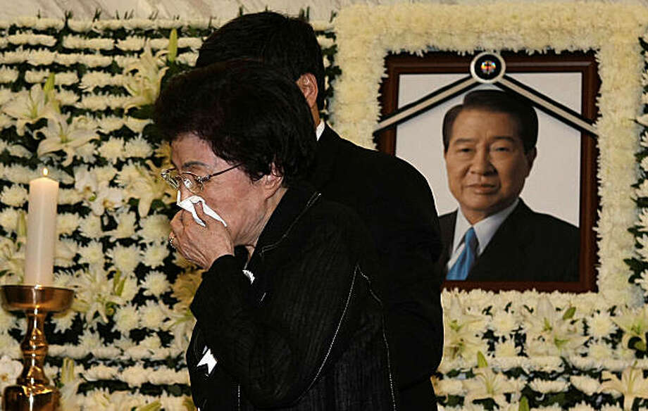 Former South Korean President Kim Dae-jung's wife Lee Hee-ho wipes her tears at a memorial room for her late husband at a hospital in Seoul, South Korea, Tuesday, Aug. 18, 2009. Former President Kim Dae-jung, who spent years as a dissident under South Korea's military dictatorship and later won the Nobel Peace Prize for seeking reconciliation with communist North Korea, died Tuesday. Photo: Lee Jong-geun, AP