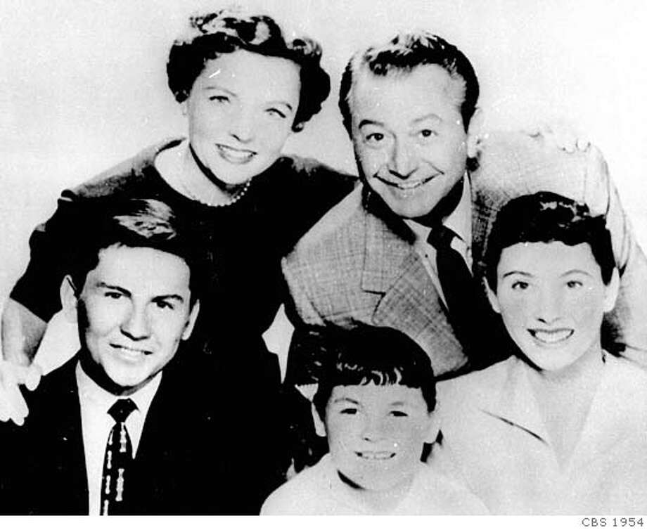 "FILE--The cast of ""Father Knows Best' pose together at Burbank Studios for an NBC movie in this March 31, 1977 file photo (above) as they did in the 50's when the show was a popular series (below). Jane Wyatt and Robert Young are at rear; foreground their ""children"" Billy Gray, Lauren Chapin and Elinor Donahue. Young, loved by millions of viewers as television s all-knowing dad Jim Anderson and compassionate doctor Marcus Welby, has died. Young died Tuesday evening, July 21, 1998,at his home. He was91. (AP Photo/File)  Ran on: 03-30-2008 Photo: CBS"