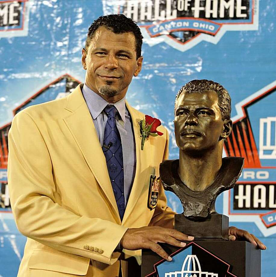 Former Pittsburgh Steelers, San Francisco 49ers, Baltimore Ravens and Oakland Raiders player Rod Woodson stands with his bronze bust during the Pro Football Hall of Fame induction ceremony at the Pro Football Hall of Fame, Saturday, Aug. 8, 2009, in Canton, Ohio. (AP Photo/Tony Dejak) Photo: Tony Dejak, AP