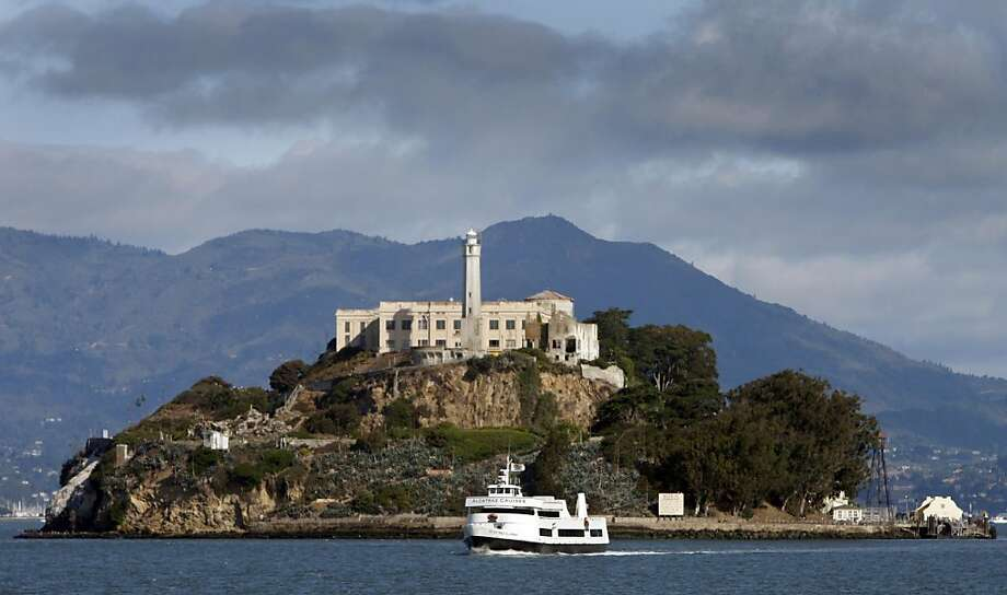 A ferry boat leaves Alcatraz Island in San Francisco, Calif., on Thursday, Aug. 6, 2009. Alcatraz will celebrate the 75th anniversary of its history as a federal prison this weekend. Photo: Paul Chinn, The Chronicle