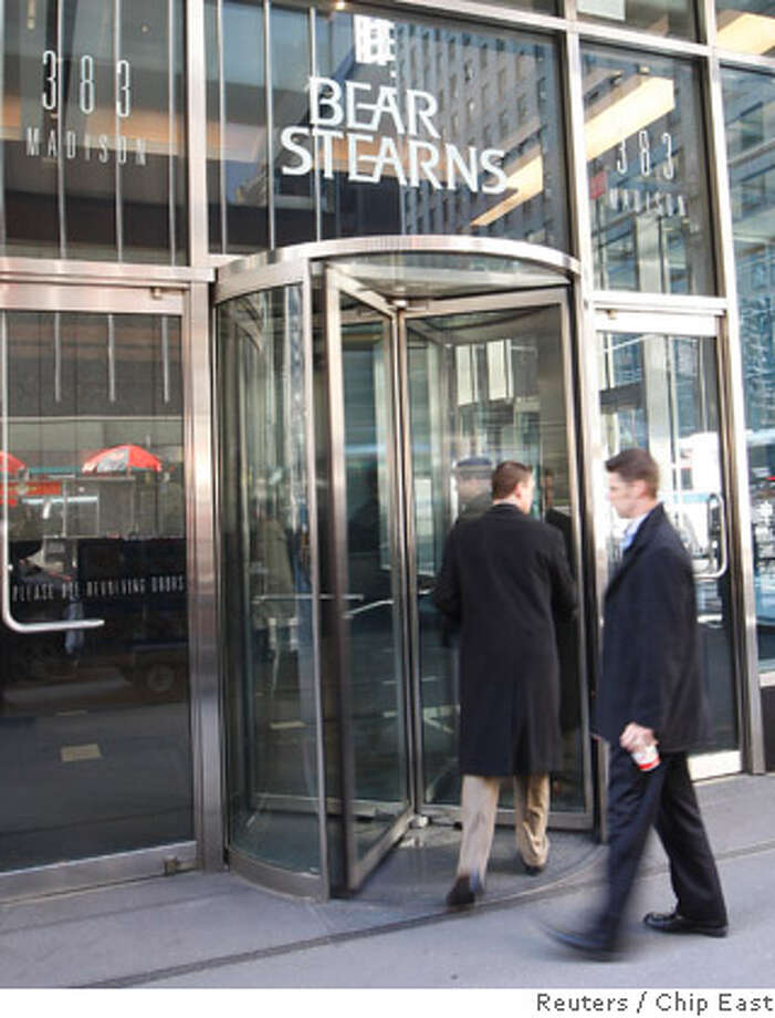 REFILE - CORRECTING NAME OF BEAR STEARNS COMPANY  People enter the Bear Stearns building after JPMorgan Chase & Co said yesterday it was buying Bear Stearns for $2 a share, in New York March 17, 2008. REUTERS/Chip East (UNITED STATES) Photo: CHIP EAST