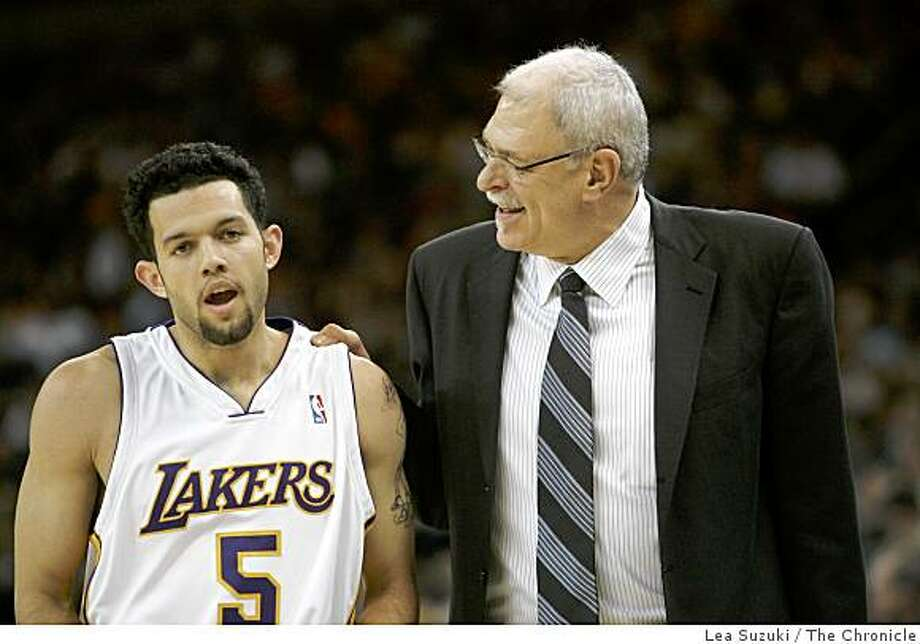 Head Coach Phil Jackson talks with #5 Jordan Farmar in the second quarter. Photo: Lea Suzuki, The Chronicle
