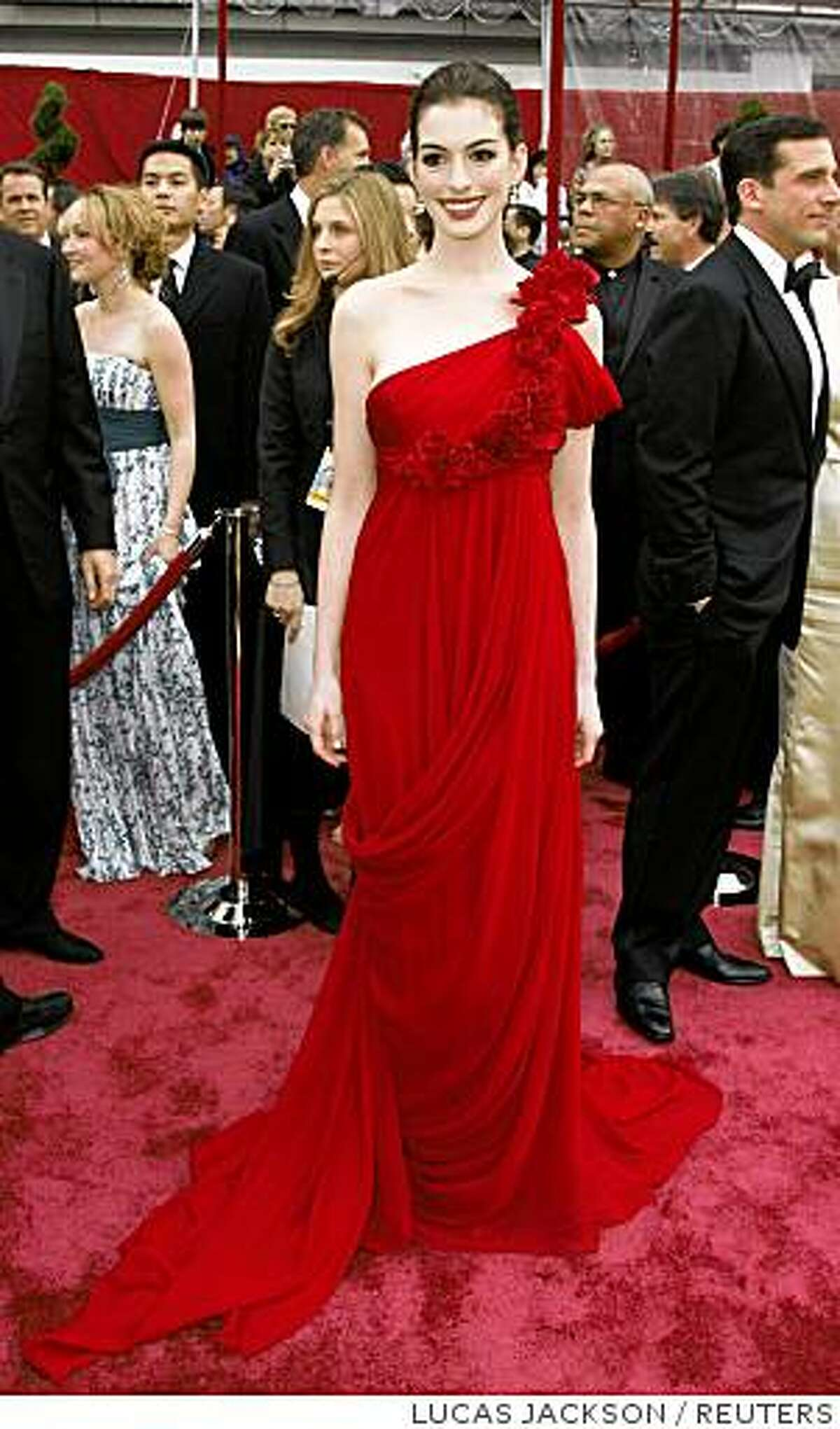 Actors Anne Hathaway and Steve Carell (R) arrive at the 80th annual Academy Awards, the Oscars, in Hollywood, February 24, 2008. REUTERS/Lucas Jackson (UNITED STATES-OSCARS)