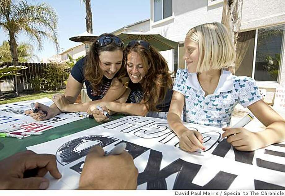 (L-R) With the help from Kevin Quaintance, foreground, Allison Quaintance, Jill Price and Madelynn Price, 10  make signs for their Tea Party at Allison's home July 2, 2009 in Discovery Bay, Calif. Photo: David Paul Morris, Special To The Chronicle