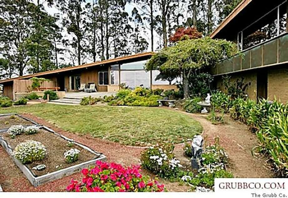 Designed by noted architect Walter Ratcliff in 1958, this four-bedroom, three-bathroom home sits at the crest of the East Bay hills on a 1-acre lot with panoramic Bay views. Photo: The Grubb Co.
