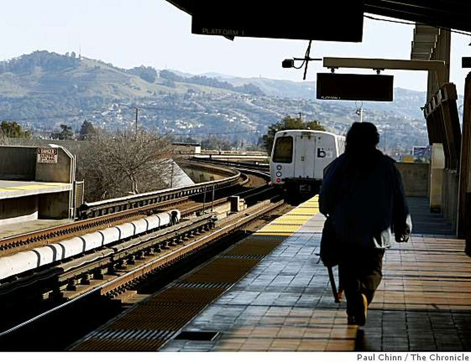 A southbound train leaves the Fruitvale BART station in Oakland, Calif., on Thursday, Jan. 29, 2009. Photo: Paul Chinn, The Chronicle