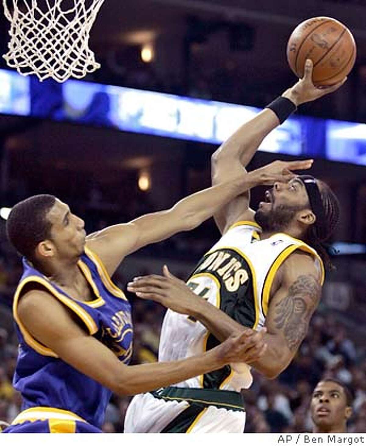 Golden State Warriors' Brandan Wright, left, defends against Seattle Supersonics' Chris Wilcox during the first half of an NBA basketball game Tuesday, Feb. 26, 2008, in Oakland, Calif. (AP Photo/Ben Margot) EFE OUT