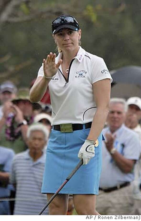 Annika Sorenstam, of Sweden, waves to the gallery on the first tee before starting the first round of the LPGA SBS Open golf tournament at the Turtle Bay Resort in Kahuku, Hawaii, Thursday, Feb. 14, 2008. (AP photo/Ronen Zilberman) EFE OUT Photo: RONEN ZILBERMAN
