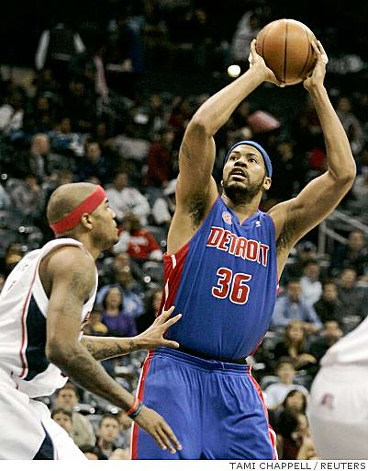 Detroit Pistons center Rasheed Wallace (R) prepares to take a three point shot over Atlanta Hawks forward Josh Smith in the first half at their NBA basketball game in Atlanta, Georgia on February 12, 2008. REUTERS/Tami Chappell (UNITED STATES)