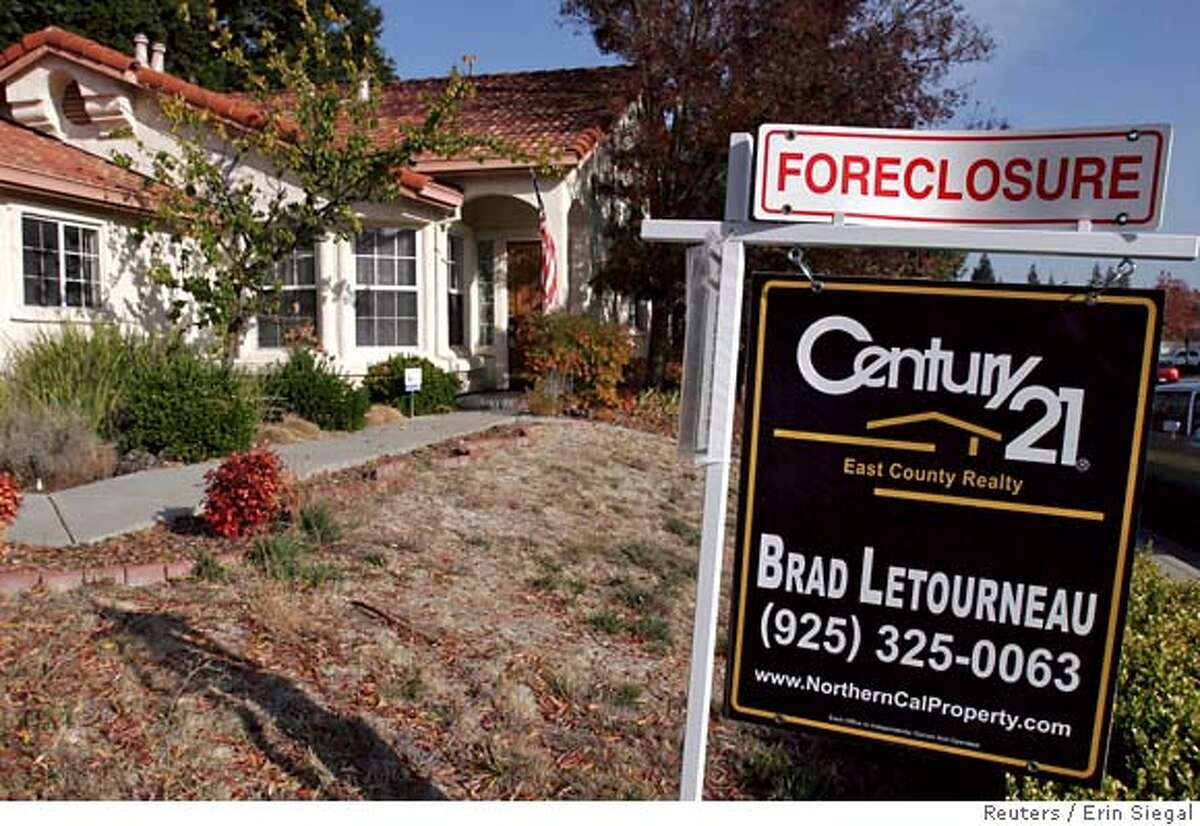 A foreclosure sign is seen in Antioch, California in this file photo taken on November 27, 2007. The U.S. housing crisis has focused attention on adjustable rate mortgages (ARMs) and the danger posed by their spiking interest rates. REUTERS/Erin Siegal/Files (UNITED STATES) 0