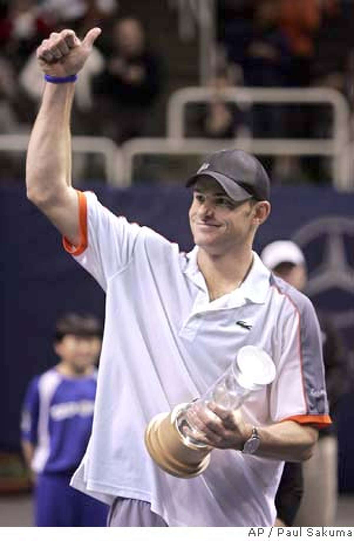Andy Roddick gives thumbs up as he holds the winner's trophy after defeating Radek Stepanek, of the Czech Republic, 6-4, 7-5 in finals of the SAP Open tennis tournament in San Jose, Calif., Sunday, Feb. 24, 2008. (AP Photo/Paul Sakuma) EFE OUT