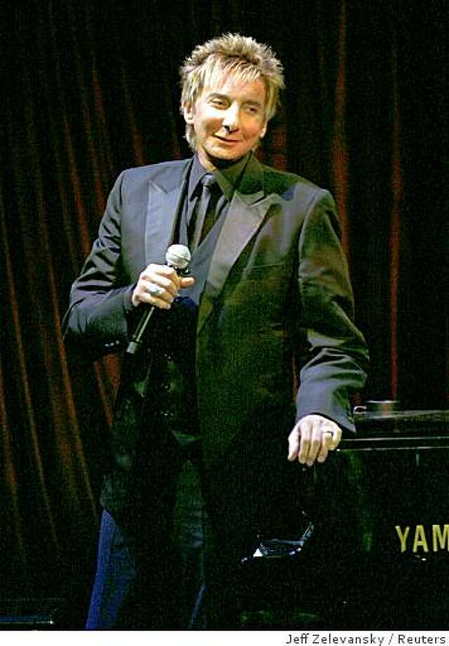 Singer Barry Manilow performs at the amFAR Gala in New York January 31, 2008. REUTERS/Jeff Zelevansky (UNITED STATES) Photo: Jeff Zelevansky, Reuters