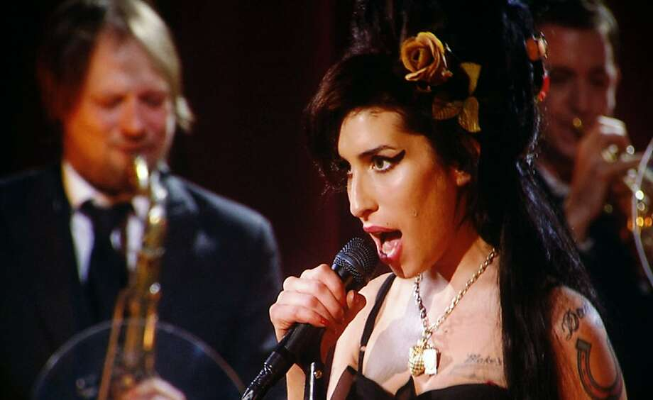 Amy Winehouse performs via satellite from London for the 50th Annual Grammy Awards held in Los Angeles, California February 10, 2008.     REUTERS/Mike Blake (UNITED STATES) Photo: Mike Blake, REUTERS