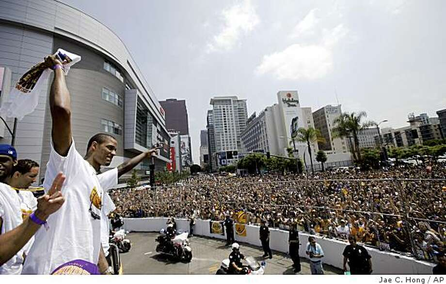 Los Angeles Lakers' Trevor Ariza acknowledges the fans during the victory parade celebrating the Lakers' NBA basketball championship in Los Angeles, Wednesday, June 17, 2009. (AP Photo/Jae C. Hong) Photo: Jae C. Hong, AP