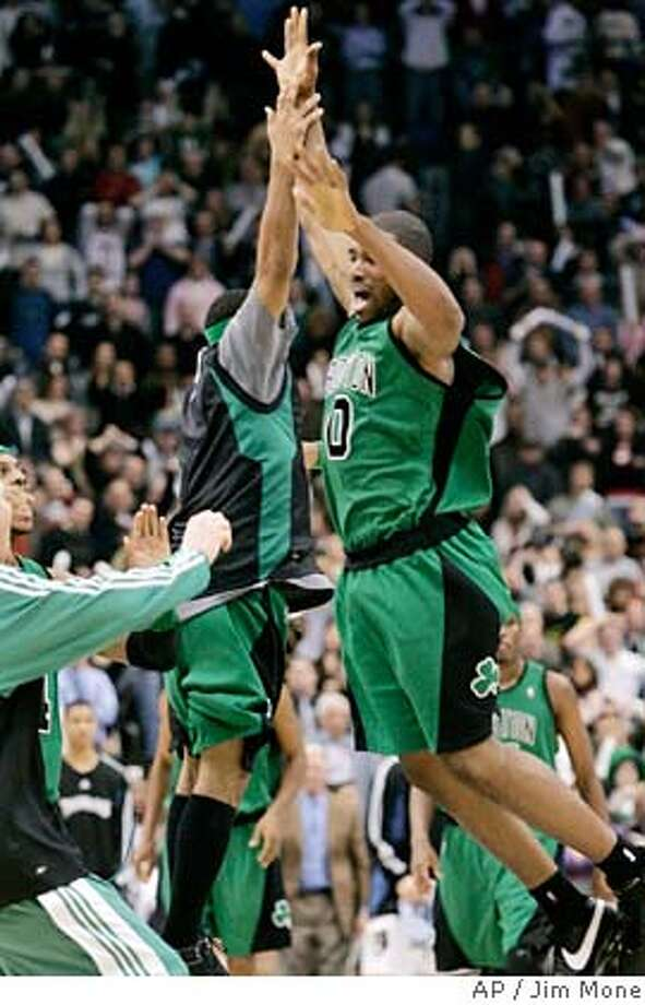 Boston Celtics' Leon Powe, right, celebrates his game-winning shot with teammates at the buzzer as the Celtics beat the Minnesota Timberwolves, 88-86, in an NBA basketball game Friday, Feb. 8, 2008, in Minneapolis. (AP Photo/Jim Mone) EFE OUT Photo: Jim Mone