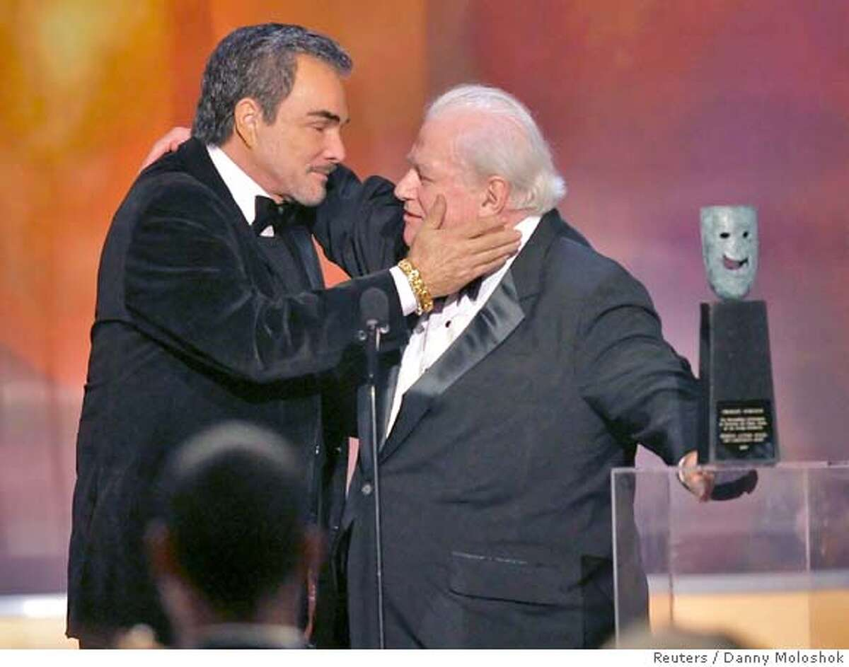 Burt Reynolds embraces Lifetime Achievement recipient Charles Durning (R) after presenting him with a Lifetime Achievement award at the 14th annual Screen Actors Guild Awards in Los Angeles January 27, 2008. REUTERS/Danny Moloshok (UNITED STATES)