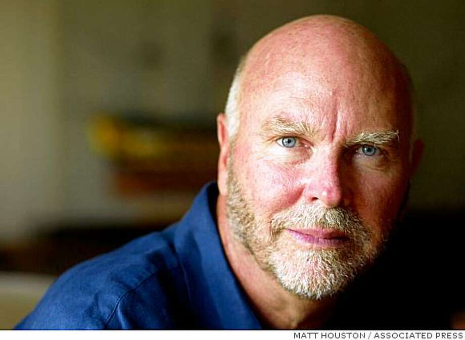 "Craig Venter am 1. Juli 2005 in Alexandria, Virginia, USA. Dem US-Genforscher Craig Venter macht die Veroeffentlichung seines vollstaendig entschluesselten Erbguts im Internet keine Probleme. ""Das ist schon ein komisches Gefuehl, dass jeder Genetiker jetzt in meinem Erbgut herumstoebern kann"", sagte Venter dem Nachrichtenmagazin ""Focus"", veroeffentlicht am Sonntag, 30. sept. 2007. (AP Photo/Matt Houston).  Biologist J. Craig Venter poses at his home in Alexandria, Va. Friday, July 1, 2005. Venter has formed a new company that will try to manufacture organisms for industrial purposes by piecing together a genes, the building blocks of life. The goal is to cobble together the genes of single-cell life forms that can perform tasks such as cleaning up hazardous waste, removing carbon dioxide spewed out by power plants or creating new drugs. (AP Photo/ Matt Houston) Photo: MATT HOUSTON, ASSOCIATED PRESS"