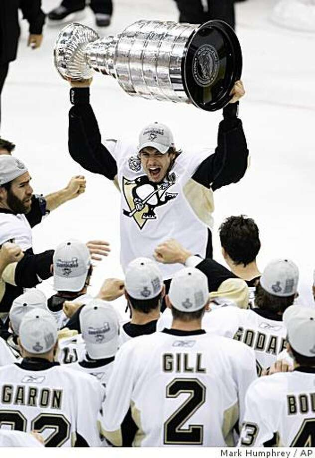 Pittsburgh Penguins' captain Sidney Crosby raises the Stanley Cup after the Penguins beat the Detroit Red Wings 2-1 to win Game 7 of the NHL hockey Stanley Cup finals in Detroit, Friday, June 12, 2009. (AP Photo/Mark Humphrey) Photo: Mark Humphrey, AP