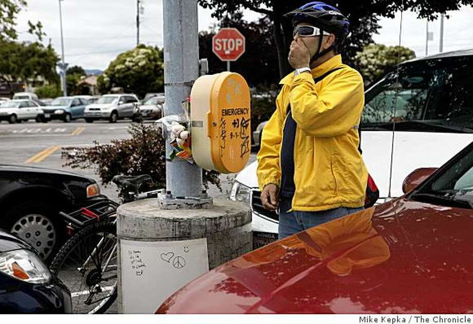 Don Hudson, of Concord, Calif, describes the scene he saw in a BART parking lot which includes a baby lying on the ground, on Tuesday June 9, 2009 in El Cerrito, Calif. Photo: Mike Kepka, The Chronicle
