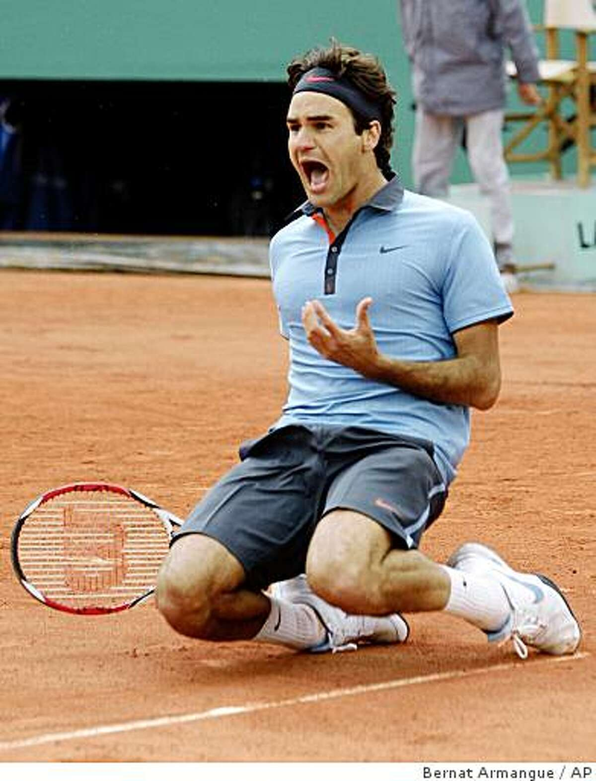 Switzerland's Roger Federer jubilates after defeating Sweden's Robin Soderling during their men's singles final match of the French Open tennis tournament at the Roland Garros stadium in Paris, Sunday June 7, 2009. The victory gives Federer 14 Grand Slams, tying his career wins to American Pete Sampras. (AP Photo/Bernat Armangue)