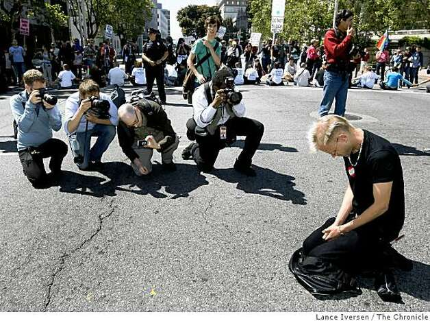 Brady Pearson from Oakland kneels down to pray in the center of Van Ness at Grove streets in San Francisco Tuesday, May 26, 2009. Photo: Lance Iversen, The Chronicle