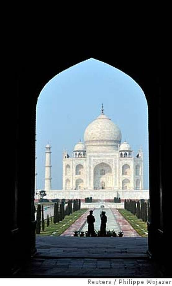 Soldiers are seen standing in front of the Taj Mahal in the city of Agra January 26, 2008. REUTERS/Philippe Wojazer/Pool (INDIA) Photo: PHILIPPE WOJAZER
