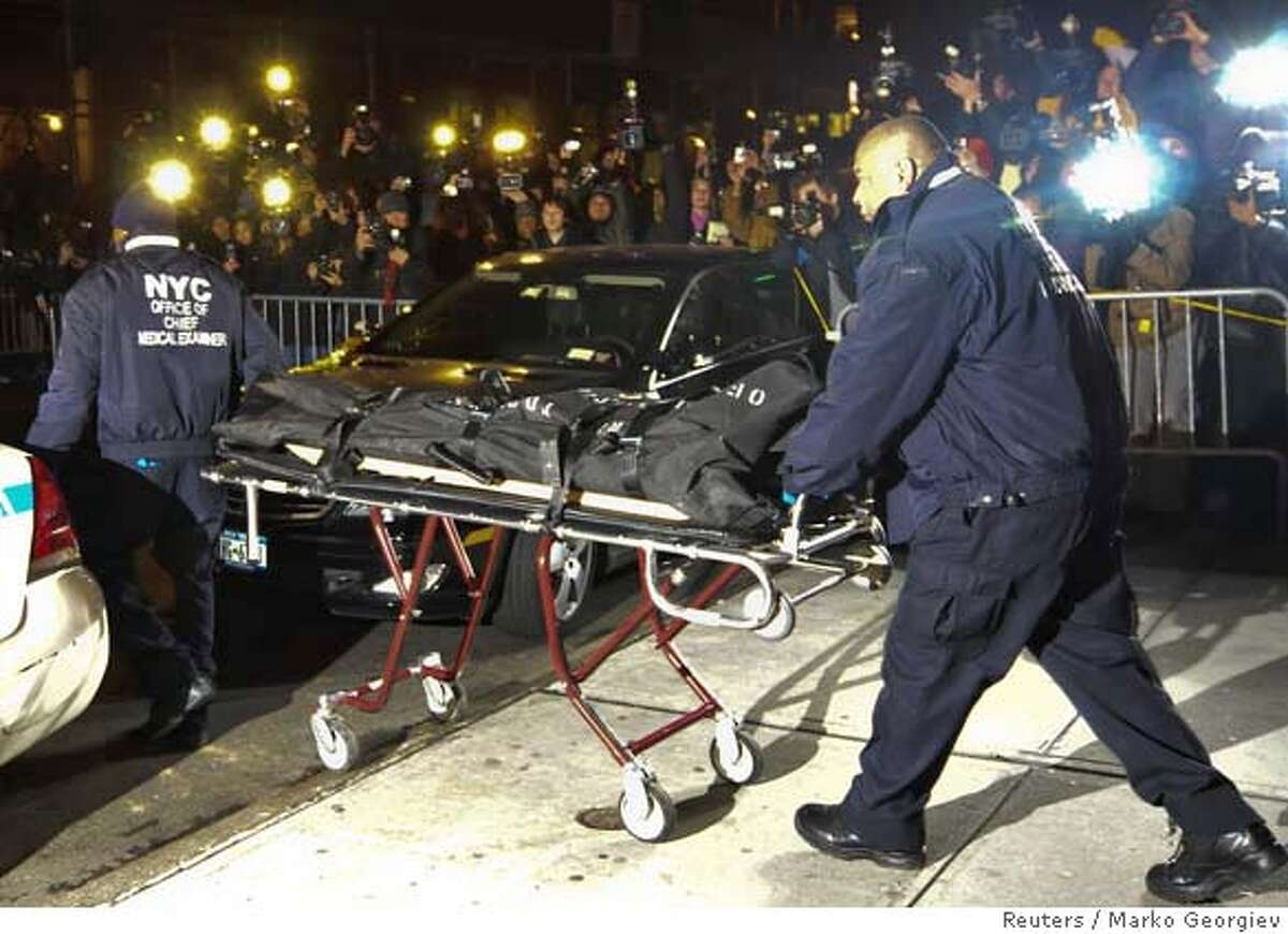 """CAPTION CORRECTION - CORRECTING IDENTITY OF MEDICAL WORKERS New York City Medical Examiners carry the body of actor Heath Ledger from his apartment in New York January 22, 2008.The Australian-born Ledger, 28, who was nominated for an Oscar two years ago for """"Brokeback Mountain,"""" was found dead by a housekeeper at his apartment in the trendy SoHo neighborhood. REUTERS/Marko Georgiev (UNITED STATES)"""