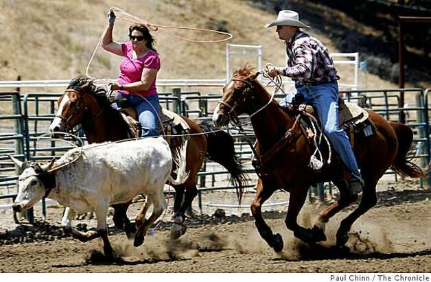 San Francisco 49ers draft pick Bear Pascoe ropes a steer with his mother Julie on the family's cattle ranch in Terra Bella, Calif., on Thursday, May 14, 2009. The champion roper was drafted in the sixth-round as a tight end from Fresno State. Photo: Paul Chinn, The Chronicle
