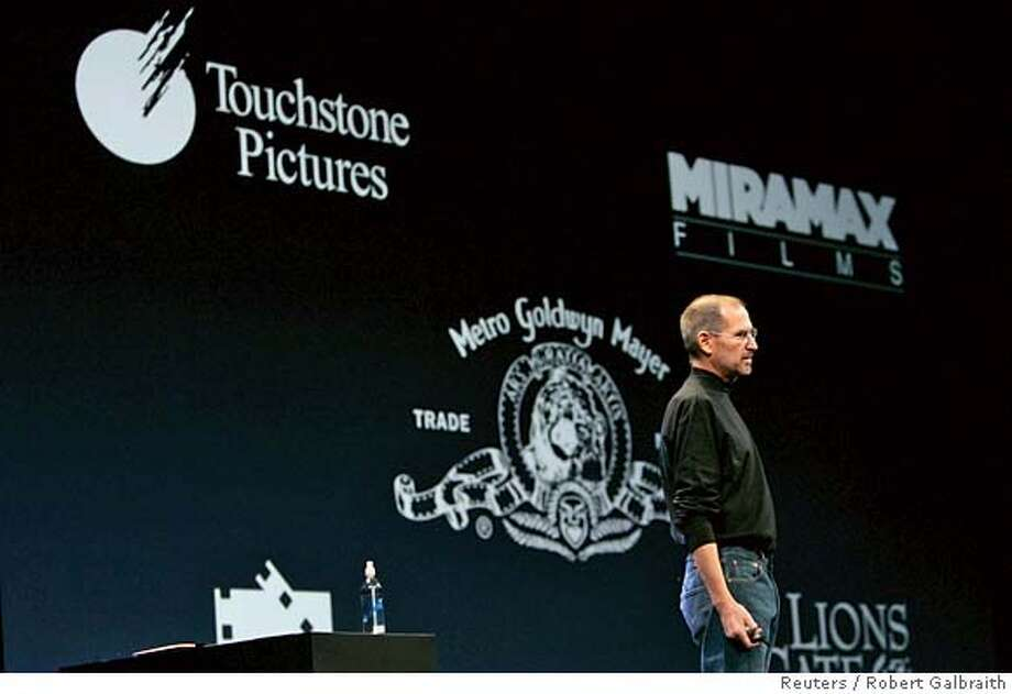 Apple CEO Steve Jobs announces partnerships with movie studios for renting movies with Apple TV during his keynote address at the Macworld Convention and Expo in San Francisco January 15, 2008. REUTERS/Robert Galbraith (UNITED STATES) Photo: ROBERT GALBRAITH