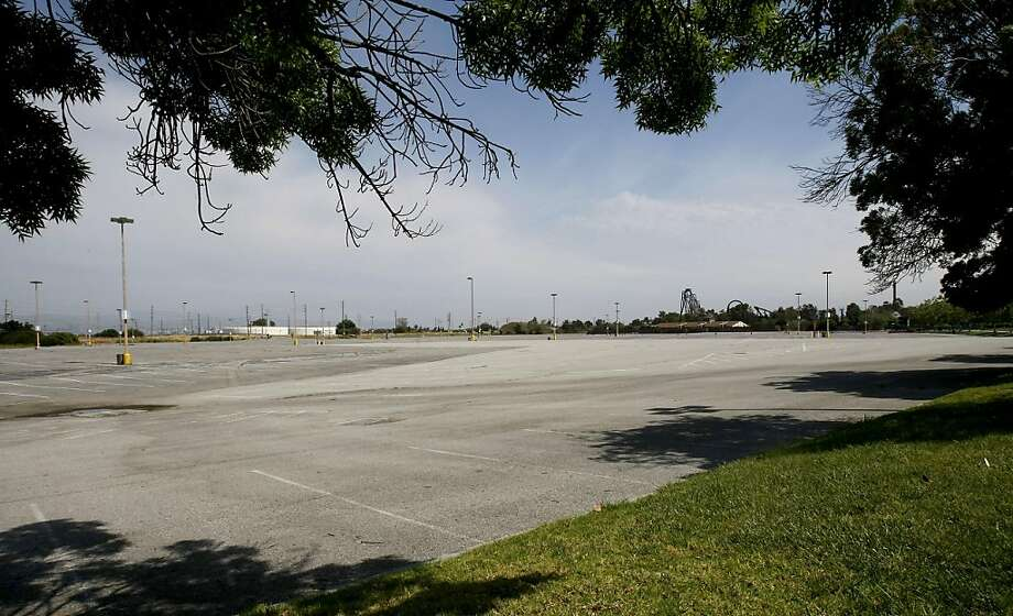 The overflow parking lot at the Great America theme park in Santa Clara is the site of a proposed new San Francisco 49er stadium. Photo: Brant Ward, The Chronicle