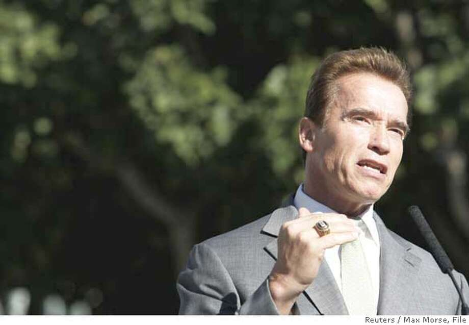 California Governor Arnold Schwarzenegger speaks to members of the media at the Los Angeles Auto Show in Los Angeles November 15, 2007. REUTERS/Max Morse (UNITED STATES) Photo: MAX MORSE