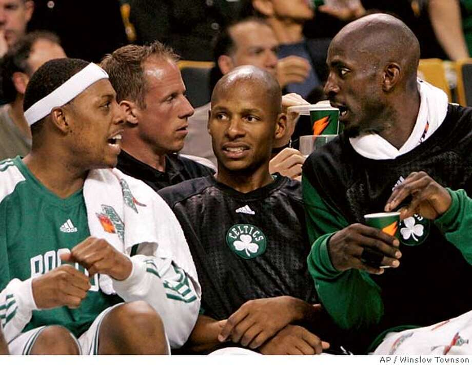 Boston Celtics' Paul Pierce, left, Ray Allen, center, and Kevin Garnett talk on the bench during the second half of their 105-82 win in an NBA basketball game against the Golden State Warriors in Boston Wednesday, Nov. 21, 2007. (AP Photo/Winslow Townson) EFE OUT Photo: Winslow Townson
