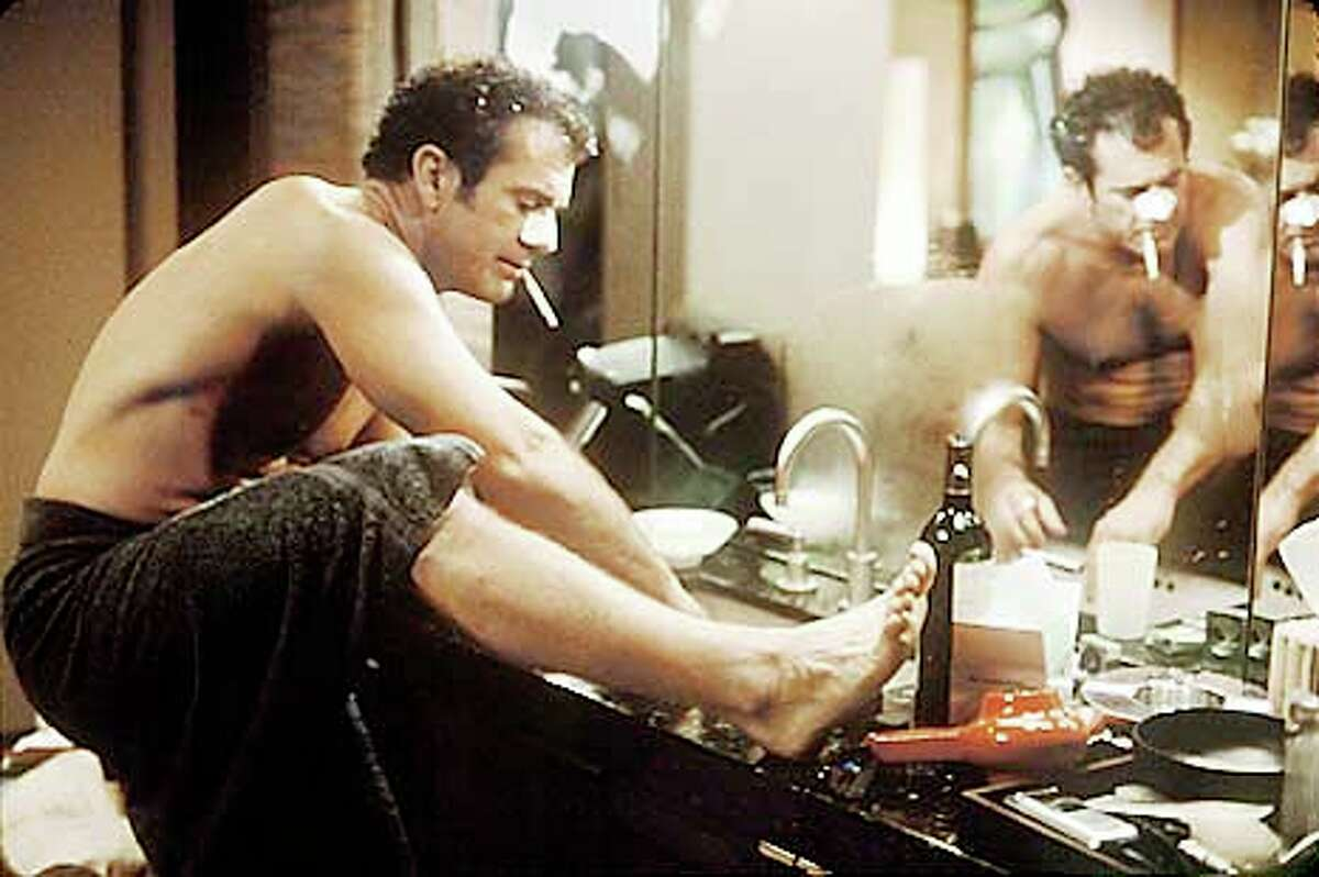 Mel Gibson finds himself able to read women's minds after a fall into the tub in