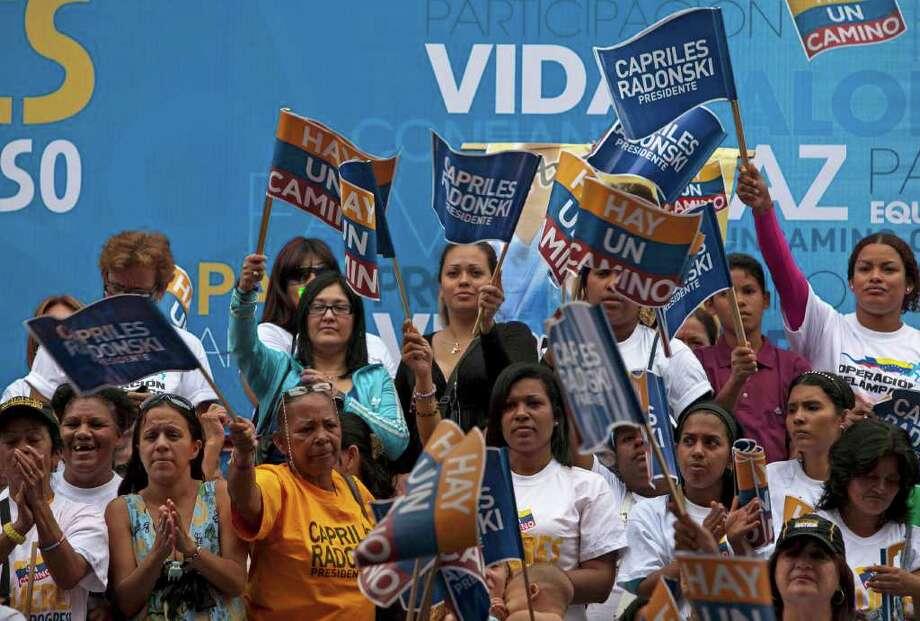 Simpatizantes del candidato opositor Henrique Capriles, en las calles de Caracas, Venezuela, antes de las elecciones primarias previstas para el domingo. Photo: Ariana Cubillos / AP