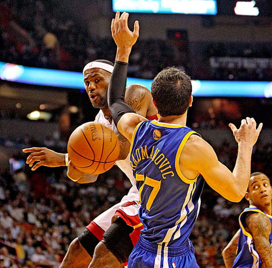 The Miami Heat's Lebron James dishes off a pass around the Golden State Warriors' Vladimir Radmanovic during the first quarter at the American Airlines Arena in Miami, Florida, Saturday, January 1, 2011. (Charles Trainor Jr./Miami Herald/MCT) Photo: Charles Trainor Jr., MCT