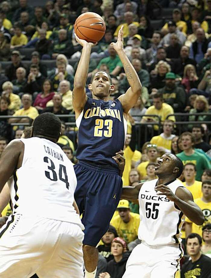 California's Allen Crabbe, center, drives to the basket against Oregon's Joevan Catron, left, Jay-R Strowbridge, right, during the second half of an NCAA college basketball game. California won the game 81-71 Thursday, Feb. 24, 2011, in Eugene, Ore. Photo: Chris Pietsch, AP