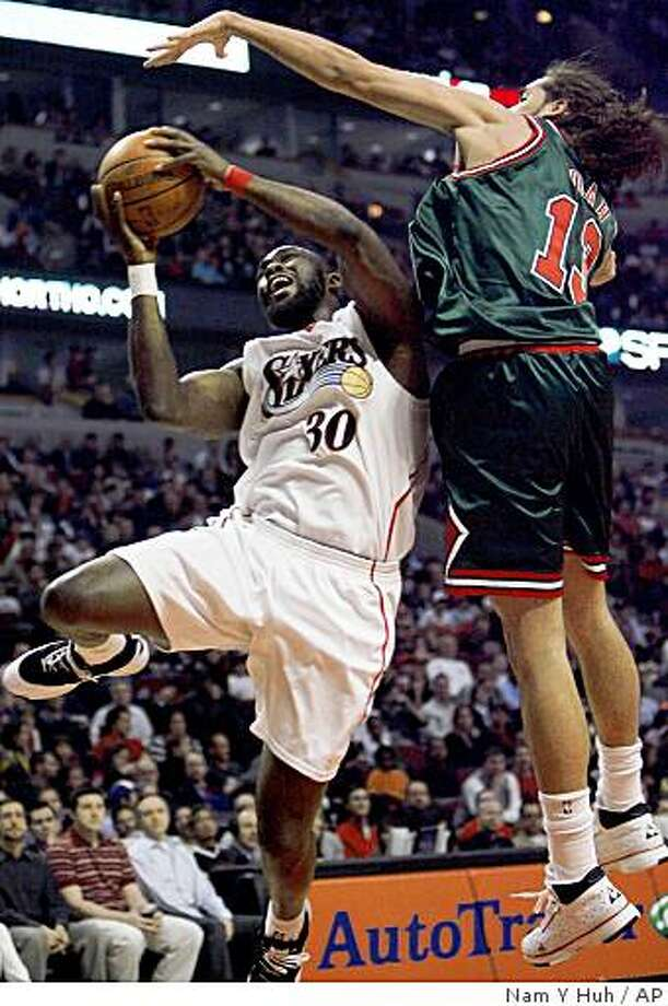Philadelphia 76ers' Reggie Evans, left, drives to the basket against Chicago Bulls' Joakim Noah during the first quarter of an NBA basketball game, Thursday, April 9, 2009, in Chicago. (AP Photo/Nam Y. Huh) Photo: Nam Y Huh, AP