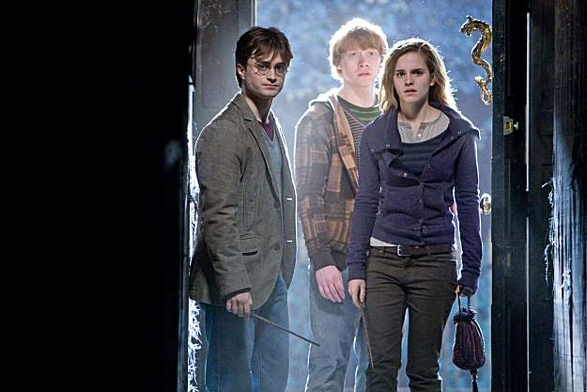 HPDH1-00168 (L-r) DANIEL RADCLIFFE as Harry Potter, RUPERT GRINT as Ron Weasley and EMMA WATSON as Hermione Granger in Warner Bros. Pictures?• fantasy adventure ?'HARRY POTTER AND THE DEATHLY HALLOWS Ð PART 1,?