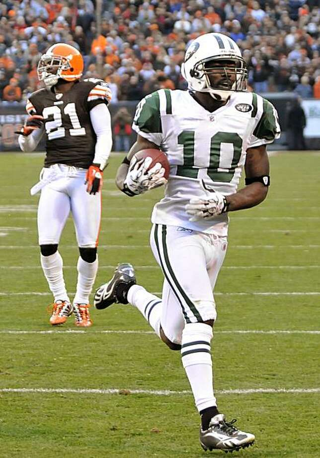 New York Jets wide receiver Santonio Holmes (10) breaks away on a 37-yard touchdown-reception in overtime to defeat the Cleveland Browns 26-20 in an NFL football game Sunday, Nov. 14, 2010, in Cleveland. Photo: David Richard, AP