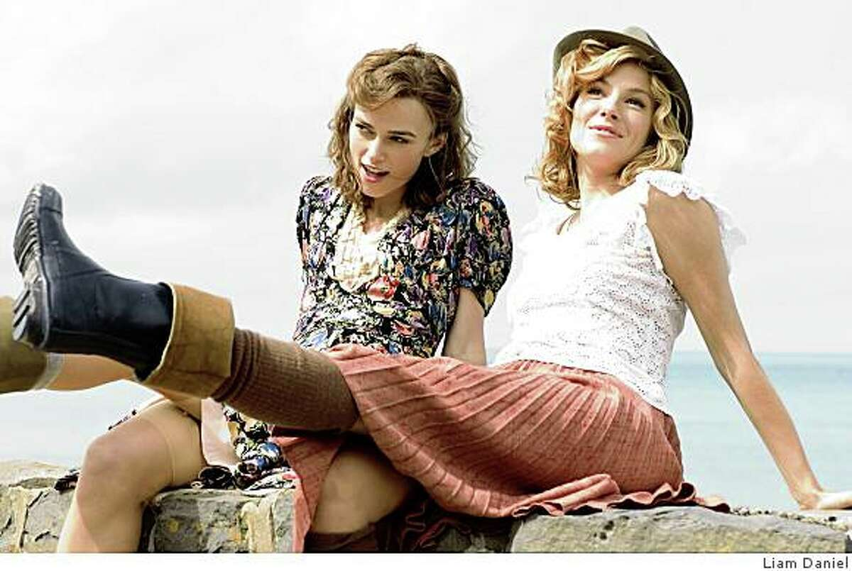 Keira Knightley as Vera Phillips (left) and Sienna Miller as Caitlin Thomas (right) in THE EDGE OF LOVE.