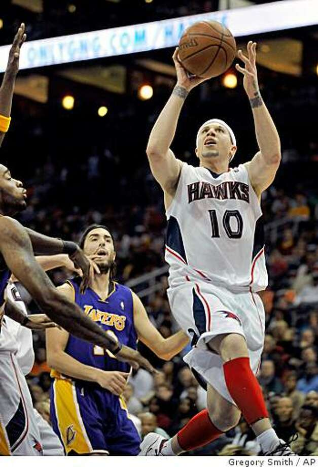 Atlanta Hawks guard Mike Bibby (10) takes a shot against Los Angeles Lakers guard Sasha Vujacic, center, of Slovenia, during the fourth quarter of an NBA basketball game at Philips Arena, Sunday, March 29, 2009 in Atlanta. The Hawks won 86-76. (AP Photo/Gregory Smith) Photo: Gregory Smith, AP
