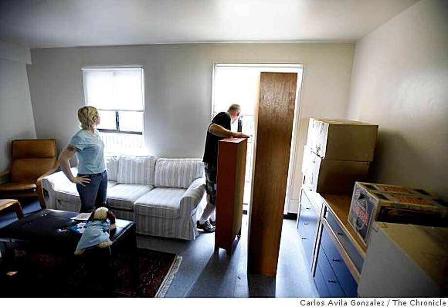 Sonia McElhennon, left, and Bob Horner right, move their belongings into their rehabbed unit at the Potrero Hill Terrace Housing complex on Monday, March 30, 2009. The couple and their daughter, Amanda had been living in a SRO apartment in the Tenderloin, and were glad to get a bigger place as the family was quickly outgrowing it. San Francisco got its first real taste of federal stimulus money this week in the form of $18 million for public housing � much of which will be spent on repairing 300 vacant units that are currently uninhabitable. Workers were at Potrero Hill Terrace, continuing repairs on vacant units. Photo: Carlos Avila Gonzalez, The Chronicle