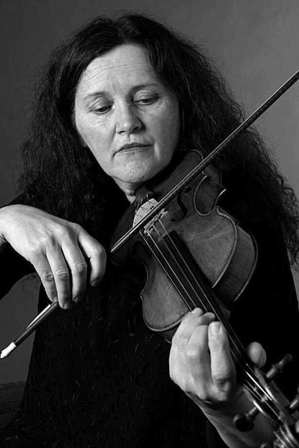 Violinist Elizabeth Blumenstock Photo: Philharmonia Baroque Orchestra