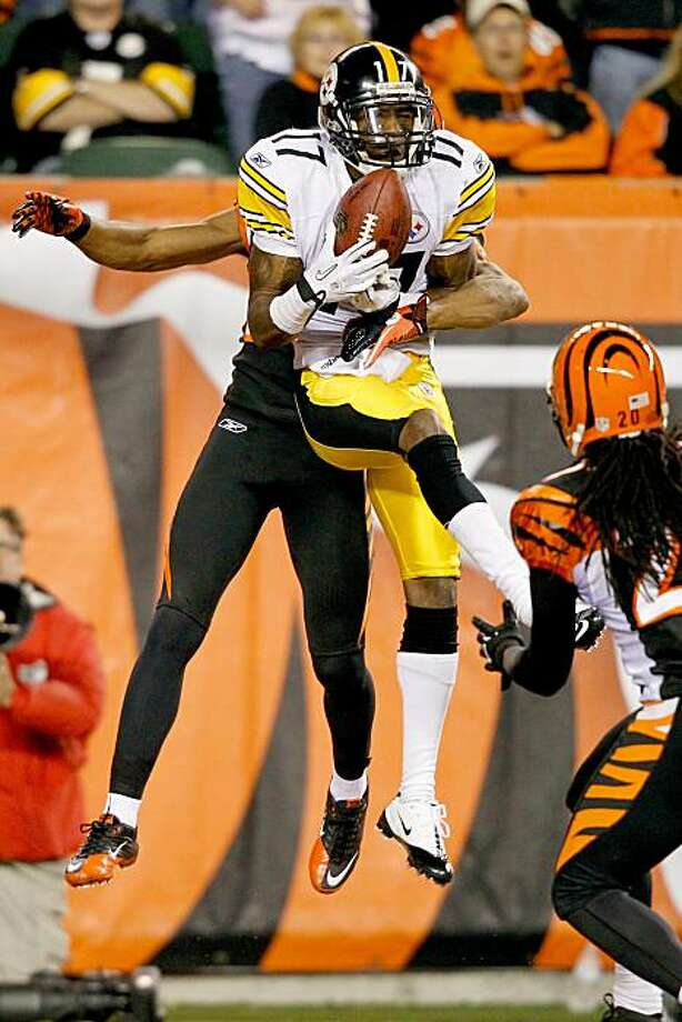 CINCINNATI - NOVEMBER 08:  Mike Wallace #17 of the Pittsburgh Steelers  catches a pass for a touchdown against Leon Hall #29 of the Cincinnati Bengals at Paul Brown Stadium on November 8, 2010 in Cincinnati, Ohio. Photo: Matthew Stockman, Getty Images
